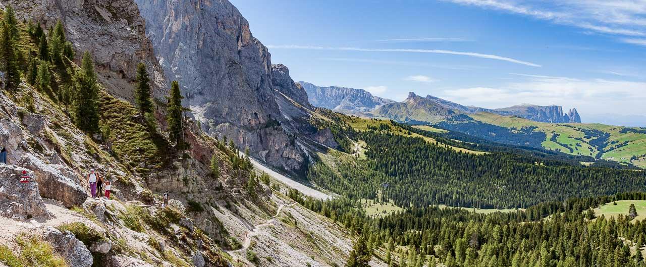Westflanke des Langkofels mit Blick zur Seiser Alm mit dem Schlern