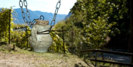 Amphoren mit den Gerüchen des Weins hängen am Wegesrand des Weinlehrpfad Kurtatsch im Südtirol Süden