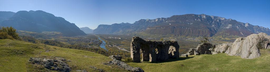 Castelfeder über Auer bietet einen weiten Ausblick über das Südtiroler Unterland im Südtiroler Unterland
