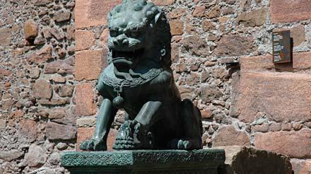 Löwe vor Schloss Sigmundskron (Messner Mountain Museum)