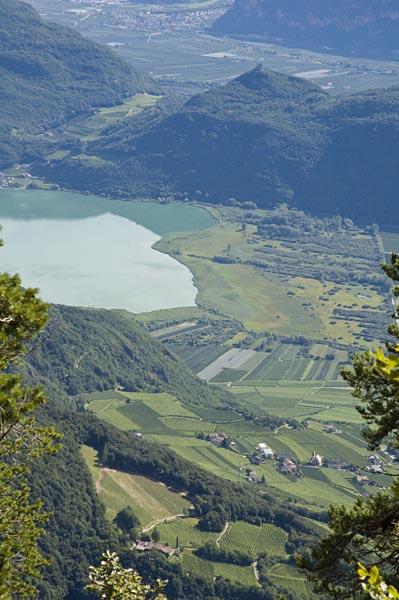 Der Gummerhof in Tramin mit dem Kalterer See im Hintergrund