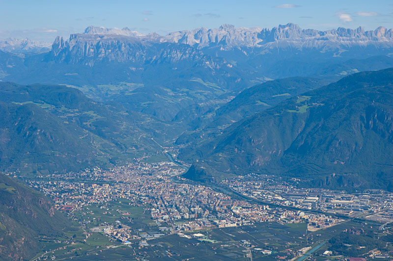 Ausblick über Bozen hin zu den Dolomitengipfel