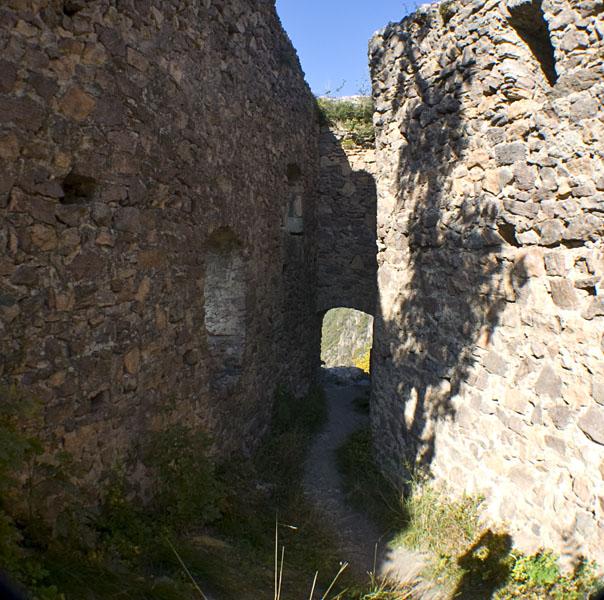 Im Inneren der Ruine Greifenstein (Sauschloss).