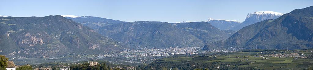 Ausblick von Eppan hinüber nach Bozen mit dem Schlern und dem Ritten im Hintergrund