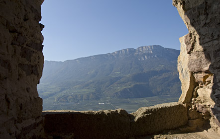 Ausblick durch ein Fenster der Burgruine Greifenstein zum Gantkofel