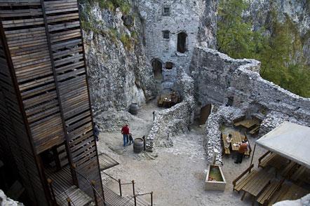 Der Innenhof der Haderburg oberhalb von Salurn