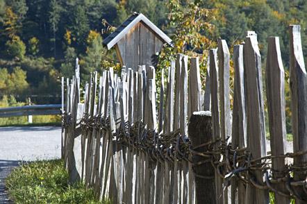 Auf den Weg nach Oberglaning. Ein Holzzaun mit Knüttelholz gebunden.
