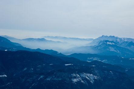 Blau schimmernde Berge im Trentino (Ausblick vom Corno di Tres)