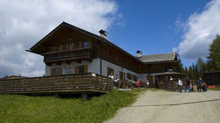 Roner Hütte auf der Rodenecker Alm