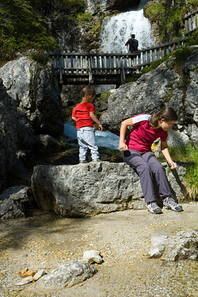 Laurin und Mama Steffi an den Vallesina Wasserfällen