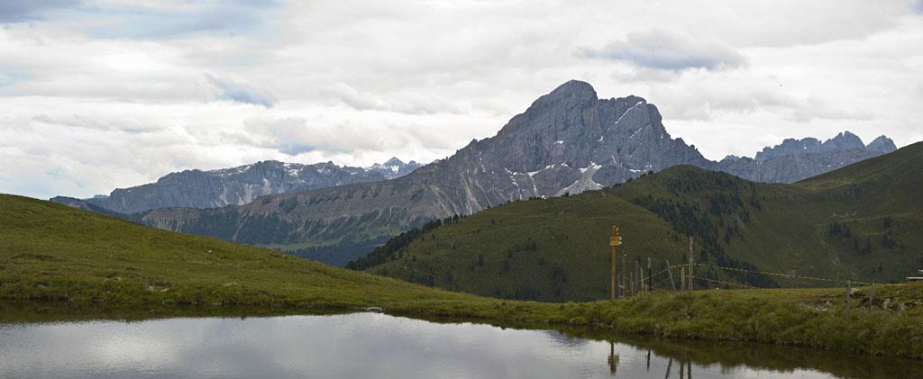 Wandern am Glittner See in Südtirol mit Blick auf den Peitlerkofel