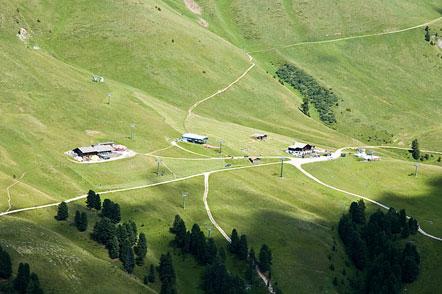 Abstieg vom Zanggen mit Blick auf das Skigebiet Latemar Obereggen/Pampeago. Links die Ganischger Alm.
