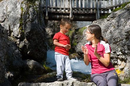 Laurin beim Steine werfen in den Fluss Sarca