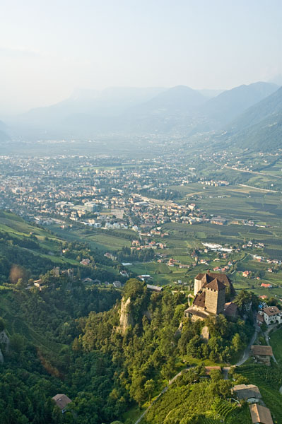 Blick auf Dorf Tirol mit Schloss Tirol