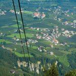 Blick aus der Kabinenbahn Hochmuth auf Dorf Tirol