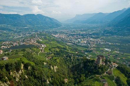 Blick aus dem Inneren der Kabine der Hochmutbahn nach Dorf Tirol und Meran