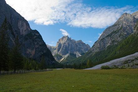Beginn unserer heutigen Südtirol-Wanderung bei der Wiese vor der Dreischusterhütte.