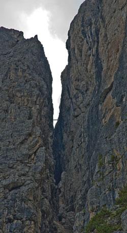 Hängebrücke für die Kletterer, welche den Pisciadù Klettersteig hoch gehen