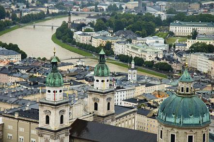 Salzburg mit dem Salzburger Dom und dem Fluss Salzach