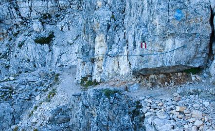 Abgesehen vom Klettersteige sind auch einige andere Abschnitte mit einem Drahtseil gesichert