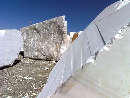 Marmorquader vor dem Marmorbruch Göflan