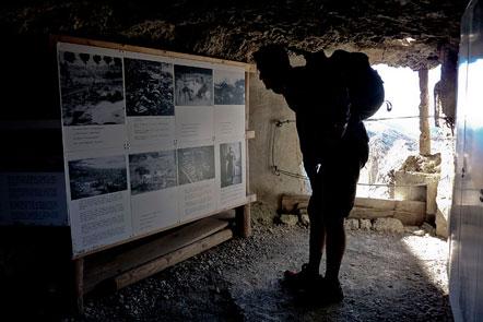 """Das Kriegsmuseum, welches sich von außen gesehen, in einem ausgehöhlten """"Kokon"""" befindet, im Krieg wahrscheinlich als MG Nest diente, zeigt nun nachdenken machende Fotografien und Text zum Ersten Weltkrieg."""