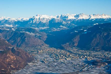 Die Alpenstadt Bozen mit Schlern und Rosengarten im Hintergrund Standpunkt Gantkofel).