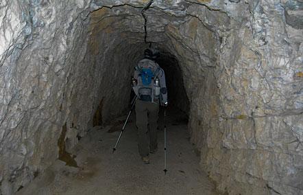 Stollen, circa eine viertel Stunde von Campione del Garda entfernt. Dahinter befindet sich ein Staubecken.