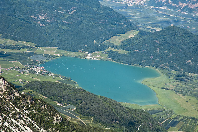 Der Kalterer See im Süden Südtirols