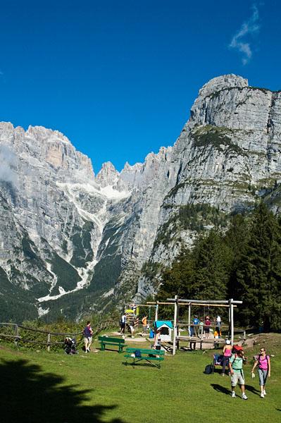 Kinderspielplatz, im Hintergrund die Brenta Dolomiten