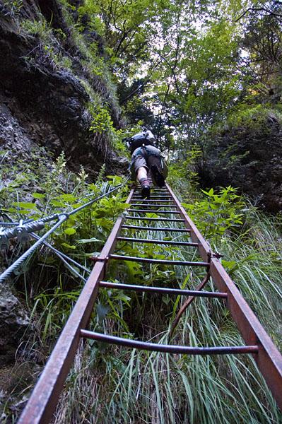 Über die Leitern im Burrone Klettersteig