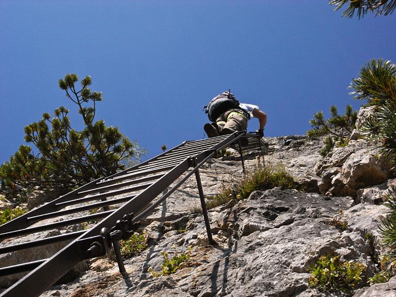 Auf der Leiter im Klettersteig