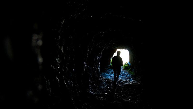 Nachtschwarze Tunnel der Strada delle 52 Gallerie
