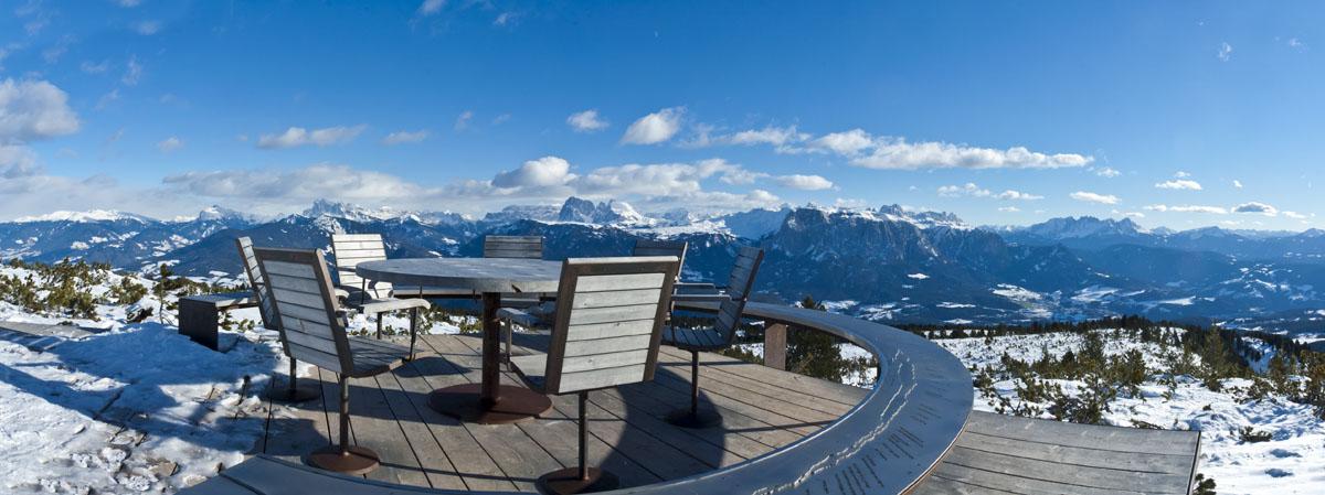 Auf dem Rittner Panoramaweg bei dem runden Tisch. Ausblick auf die Dolomiten.