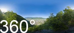 Aussicht auf das Südtiroler Unterland mit Leifers und den Mitterberg. Im Hintergrund mit den weißen Berggipfeln die Texelgruppe.