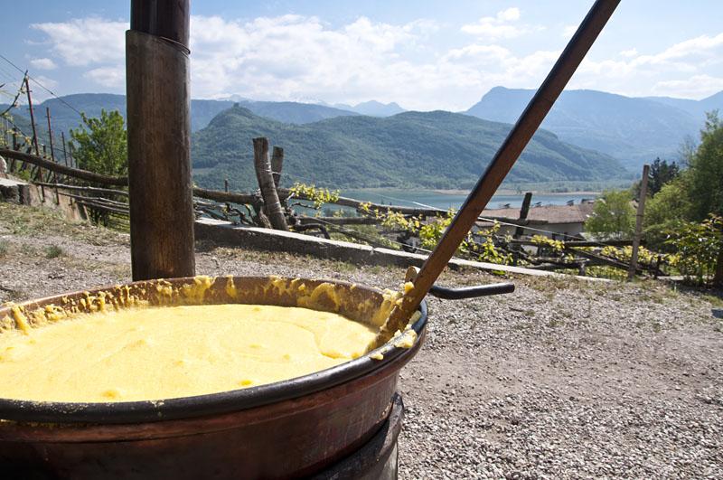 Polenta beim Weinwandertag in Kaltern vor dem Keller von Domenikus