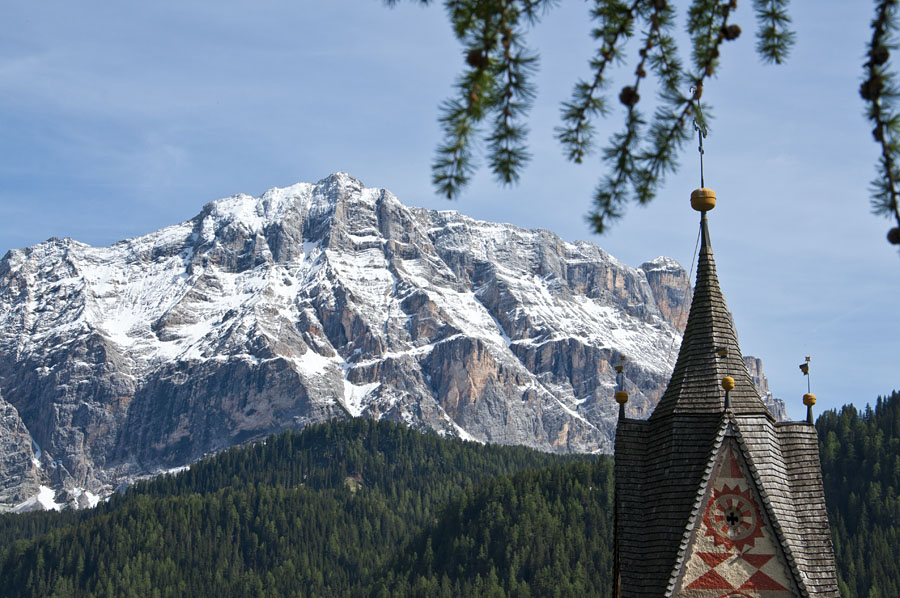 Wandern im Gadertal (Val Badia): bei der St. Barbara Kirche in Wengen (La Val)