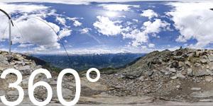 Vom Gipfel Vermoi hoch über Latsch hat man einen herrlichen Ausblick auf den Vinschgau, die Ortlergruppe und die Ötztaler Alpen.