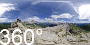 Auf dem Monte Nuvolau haben wir einen herrlichen Rundumblick. Die 5 Torri und Tofane im Norden, die Civetta und Marmolata im Süden sind nur einige wenge der bekannten Dolomiten Berge dieser Gegend.