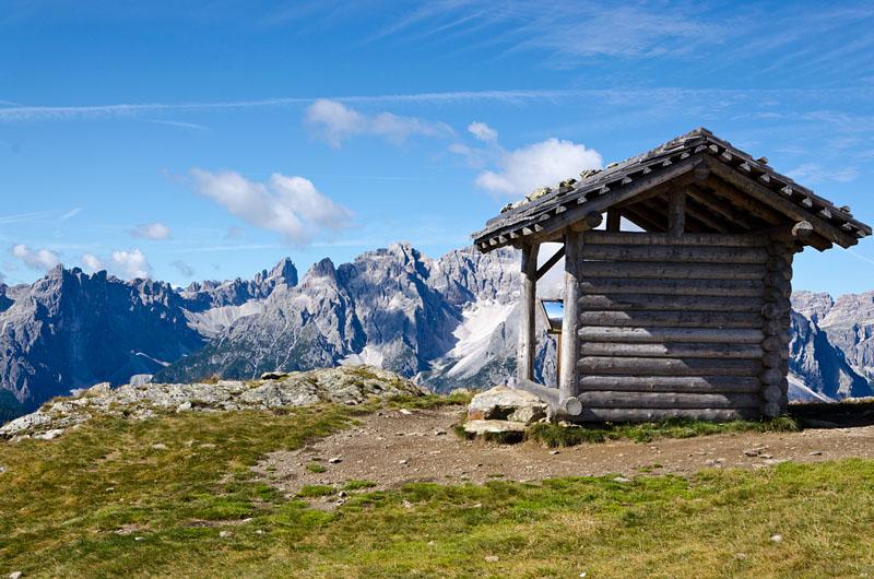 Unterstand mit Panoramakarte. Blick auf die Sextner Dolomiten