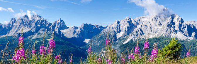 Auf dem Karnischen Höhenweg: Blick auf die Sextner Dolomiten mit der Sextner Sonnenuhr