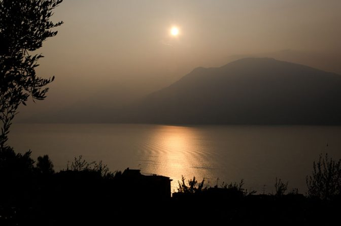 Abendstimmung am Gardasee bei Malcesine unter dem Monte Baldo.