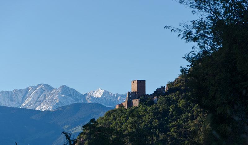 Burg Neuhaus / Maultasch über Terlan; dahinter die weißen Bergspitzen der Texelgruppe hoch über Meran.