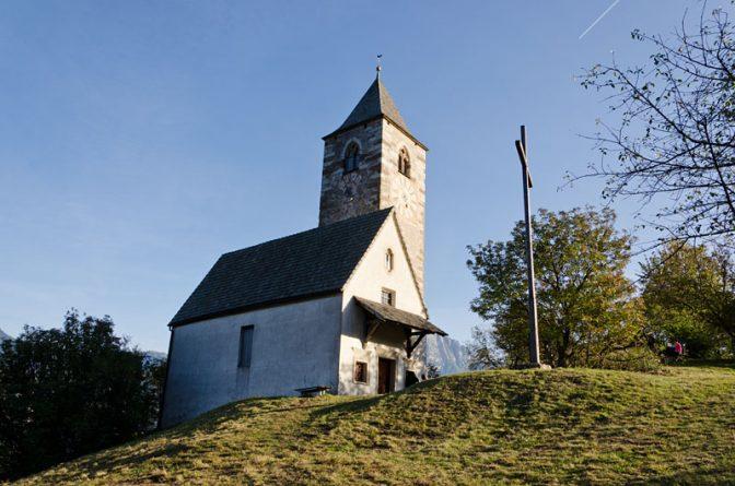 Das Kirchlein St. Verena am Keschtnweg liegt ziemlich allein auf weiter Flur.