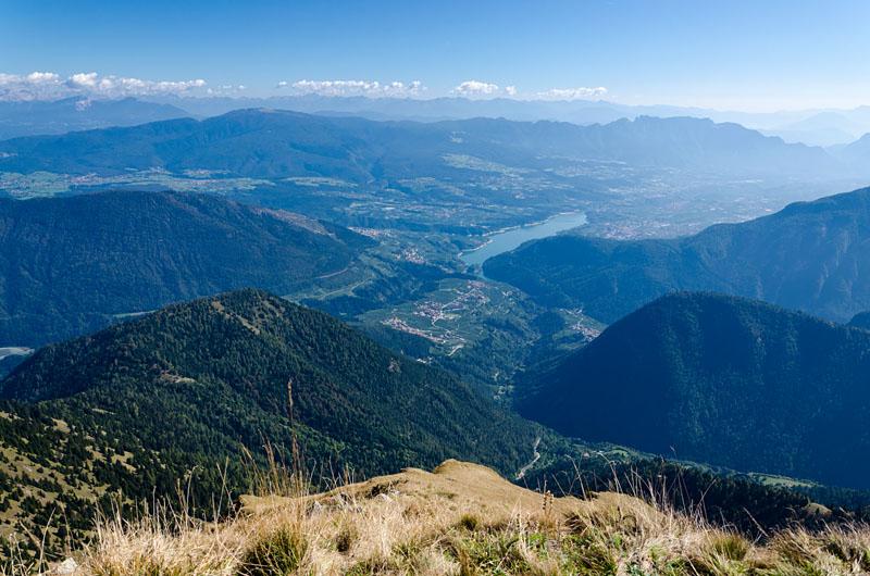 Blick vom Monte Pin über Bresimo ins Val di Non mit dem dem Santa Giustina Stausee