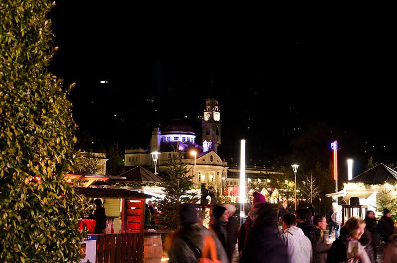 Christkindlmarkt in Meran. Blick vom Weihnachtsmarkt auf dem Thermeplatz zum Kurhaus.