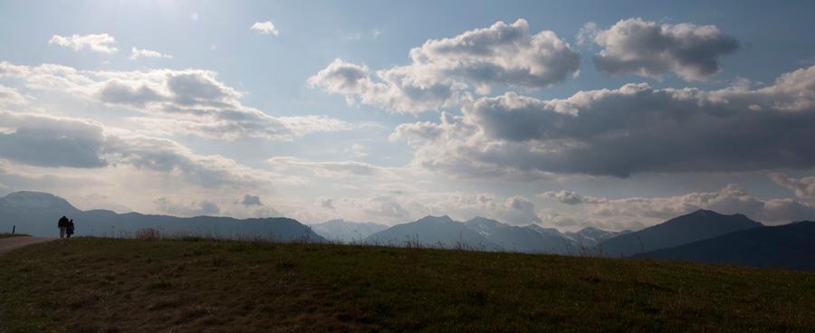 20120325 Wanderer vor Brenta Dolomiten 001