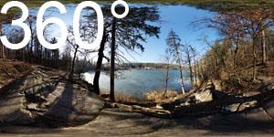 Der große Montiggler See mit einer dünnen Eisschicht