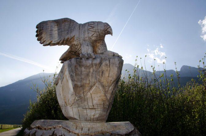 Adlerskulptur am Biotop