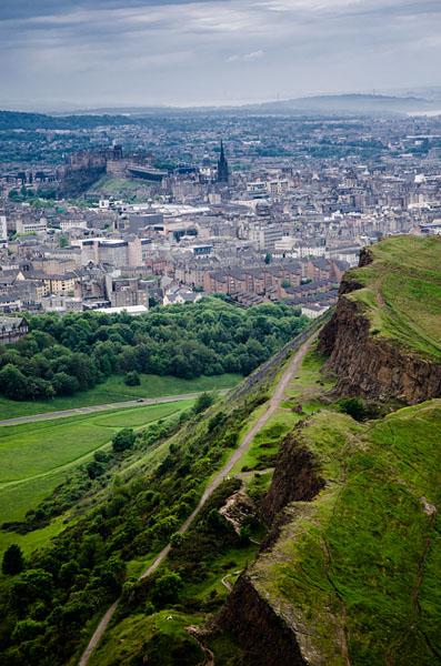 Blick auf das Edinburgh Castle vom Holyrood Park aus